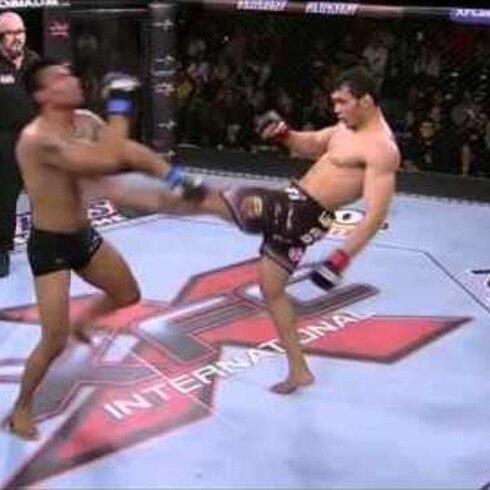 Contundente nocaut con patada frontal en combate de MMA
