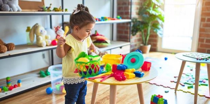 Los televisores, las consolas de juegos electrónicos, las tabletas o las computadoras no son recomendables para niños preescolares.  (Shutterstock)