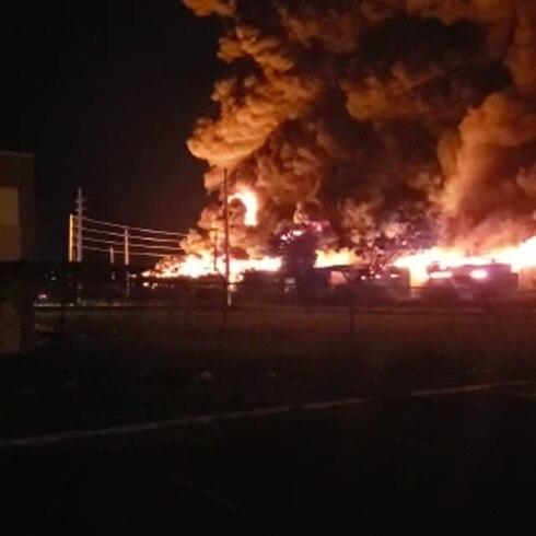 Incendio se desata en planta recicladora de gomas en Guánica