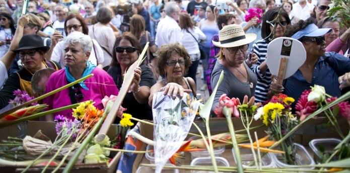 Entre oraciones, se creó una pequeña procesión de invitados que ofrendaron flores por la liberación del preso político. (tonito.zayas@gfrmedia.com)
