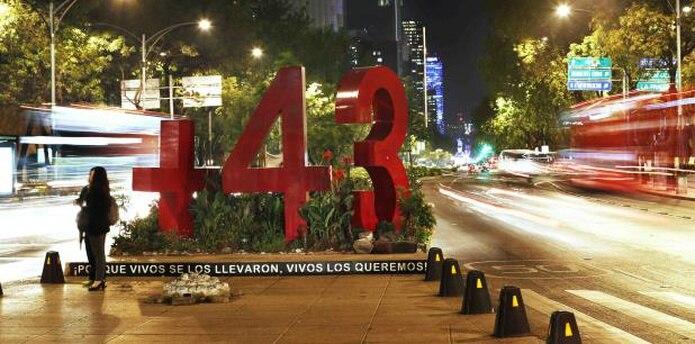 Una estructura del número 43 sobre el Paseo de la Reforma de la Ciudad de México en memoria de los 43 estudiantes de la Escuela Normal Rural de Ayotzinapa secuestrados por la policía y entregados al narcotráfico. (AP)