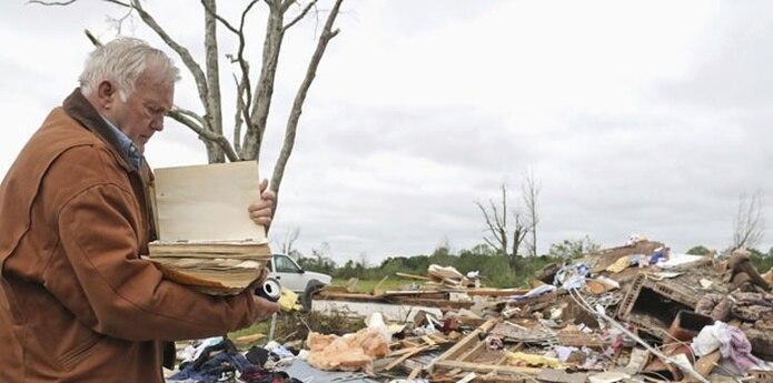 Se reportó un tornado en la zona a 225 kilómetros (140 millas) al sudoeste de Memphis, Tennessee. (AP)