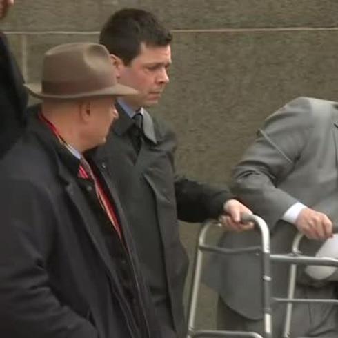 Harvey Weinstein llega cojeando al tribunal