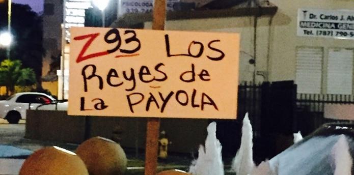 """""""Z-93: Los Reyes de la Payola"""". """"Dile no al Día Nacional de El Búho Truquero de la Salsa"""", leen algunas de mencionadas pancartas. (Suministrada)"""