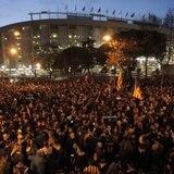 Miles protestan afuera de Camp Nou previo al clásico el miércoles