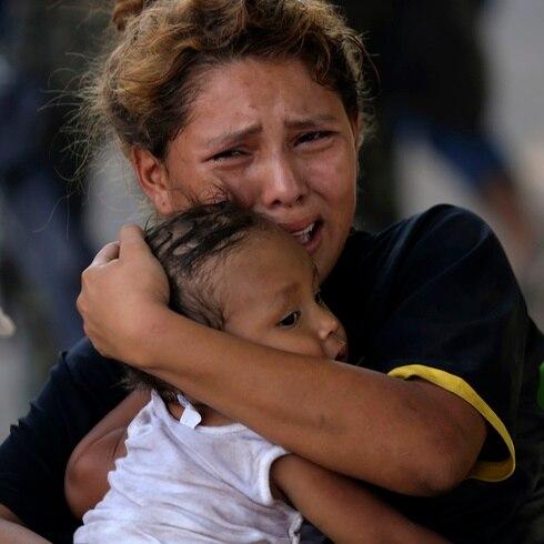 Estremecedor choque entre policías y 800 migrantes