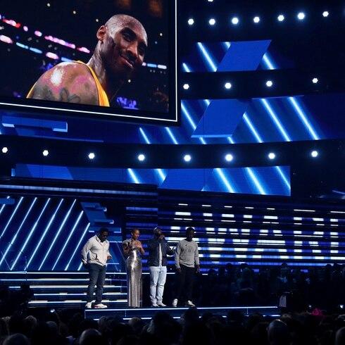 Ceremonia de los Grammy inicia con emotivo homenaje a Kobe Bryant