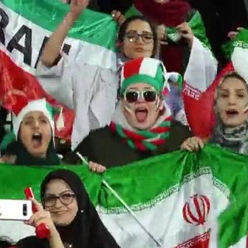 Mujeres iraníes asisten libremente a un partido de fútbol por primera vez en décadas