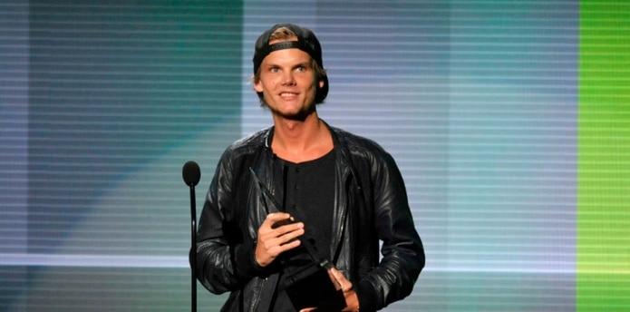 Avicii recibiendo el galardón al artista favorito de música electrónica bailable, durante la entrega de los Premios American Music en Los Ángeles, el 24 de noviembre de 2013. (John Shearer / Invision / AP, Archivo)