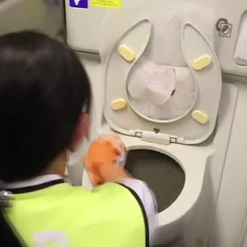 Mira cómo desinfectan avión contra el coronavirus
