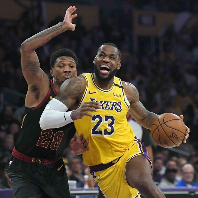 Alfonzo McKinnie de los Cavaliers y LeBron James de los Lakers. (AP / Mark J. Terrill)