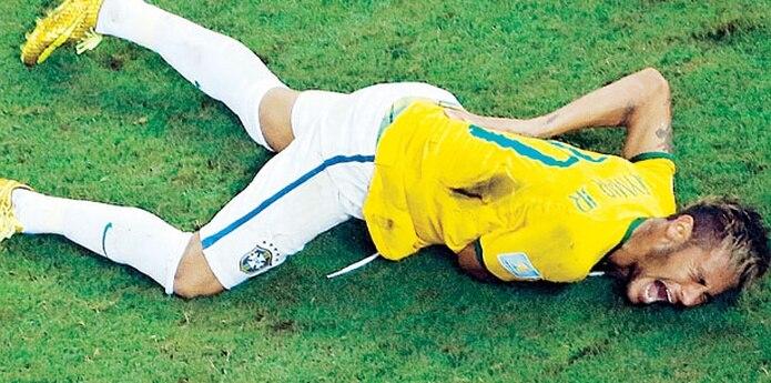 Neymar actualmente se recupera de otra lesión de metatarso en su pie derecho sufrida en enero, y se espera que regrese a las canchar el próximo mes. (Archivo)